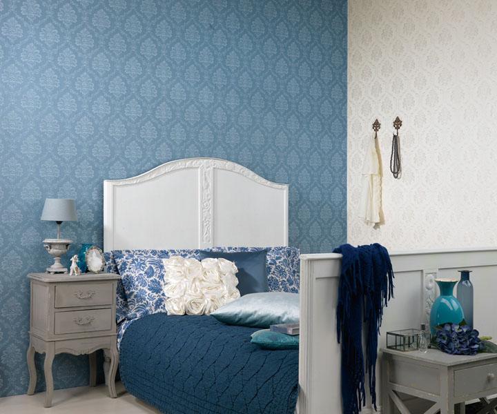 Голубые виниловые обои в спальне