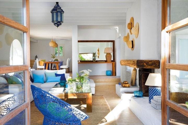 Просторная гостиная с голубыми аксессуарами