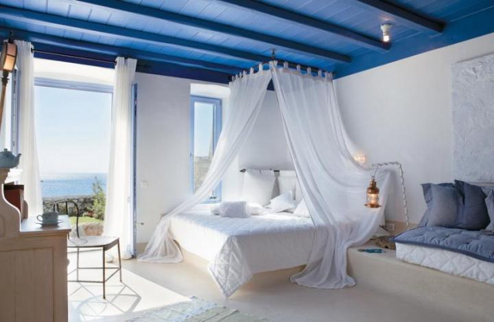 Голубой дощатый потолок в спальне
