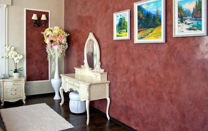 Бордовая венецианская штукатурка в гостиной
