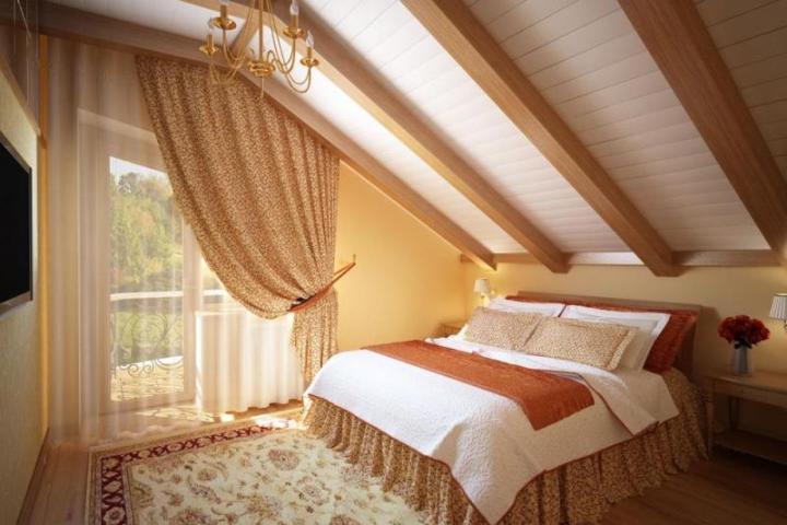 Красивая спальня в мансарде