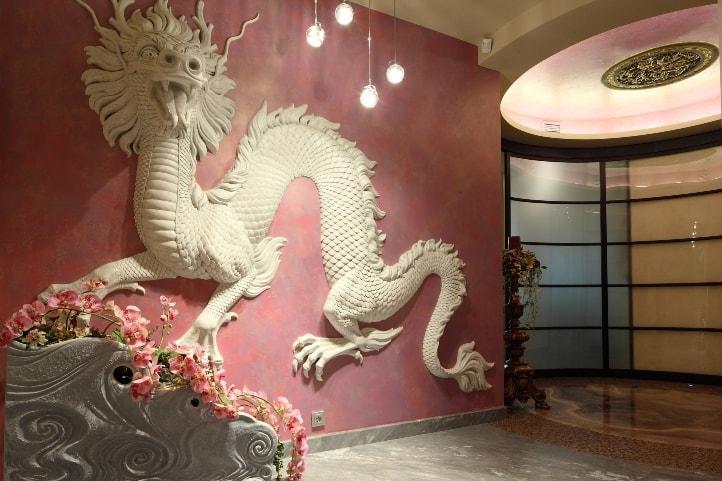 Китайский дракон на стене в холле