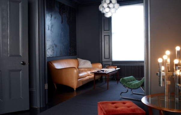 интерьер темной комнаты