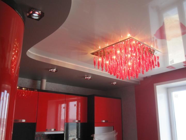 Натяжной потолок с люстрой в кухне