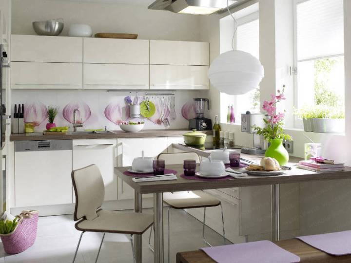 Симпатичный интерьер небольшой кухни