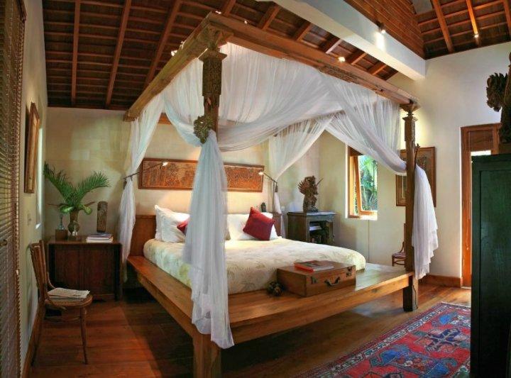 Спальня с балдахином в египетском стиле