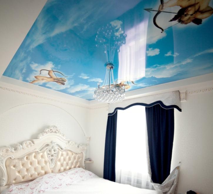Натяжной потолок в спальне с амурами