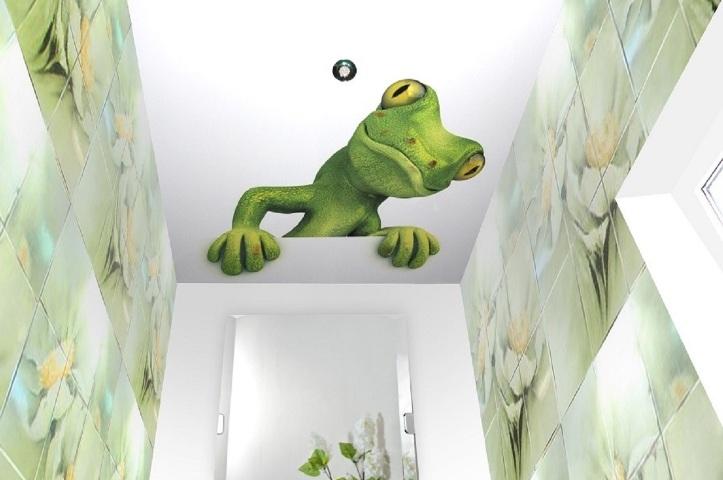 Ящерица на натяжном потолке в ванной