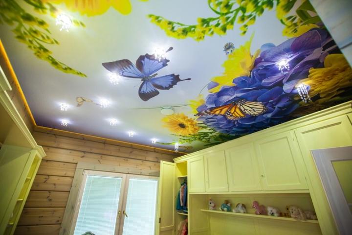 Натяжной потолок с бабочками в детской комнате