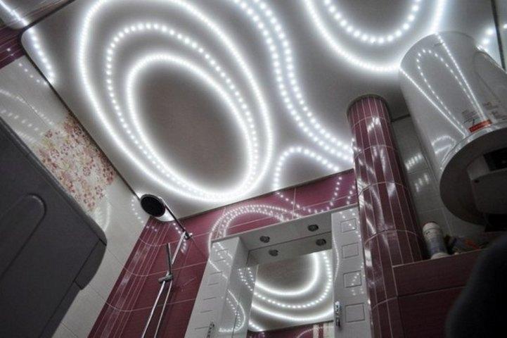 Узорчатая подсветка на натяжном потолке