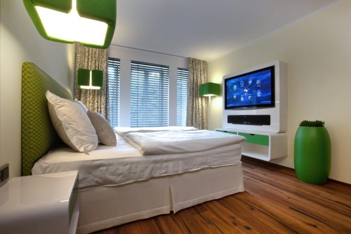 Телевизор в современной спальне