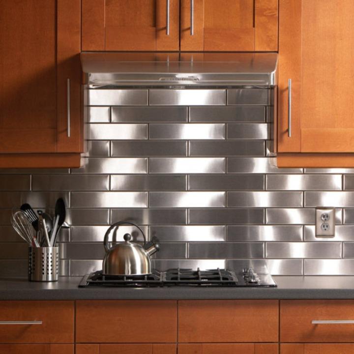 Металлическая плитка в рабочей зоне кухни