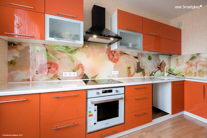 Цветы на фартуке для кухни