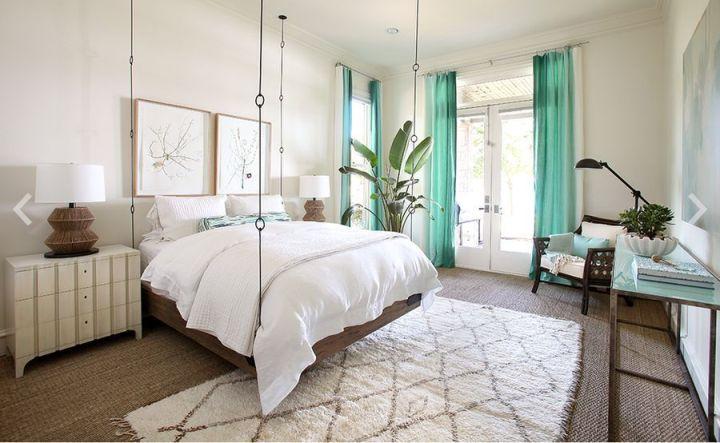 Подвесная кровать в светлой спальне