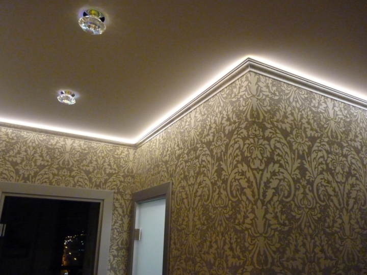 Потолок с подсветкой по периметру комнаты