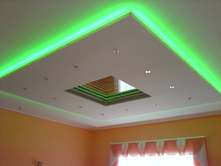 Потолок с зеленой подсветкой