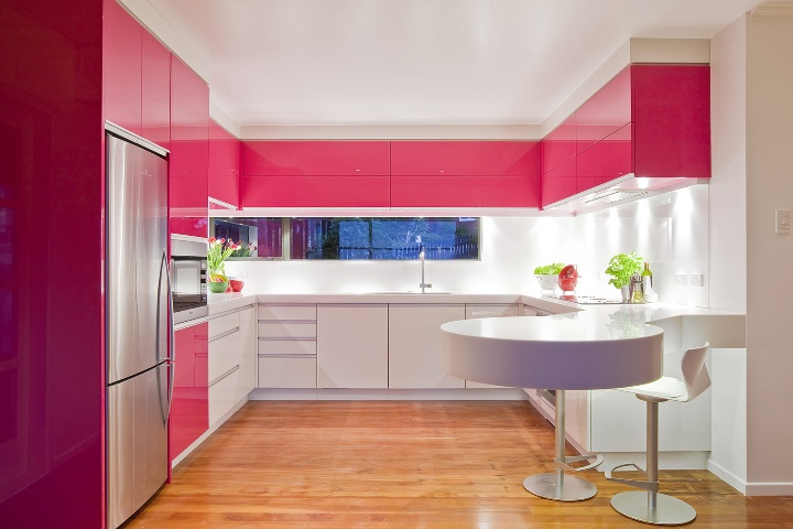 Розовая кухня в стиле хай-тек