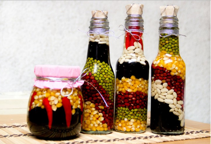 Украшение кухни декоративными бутылками