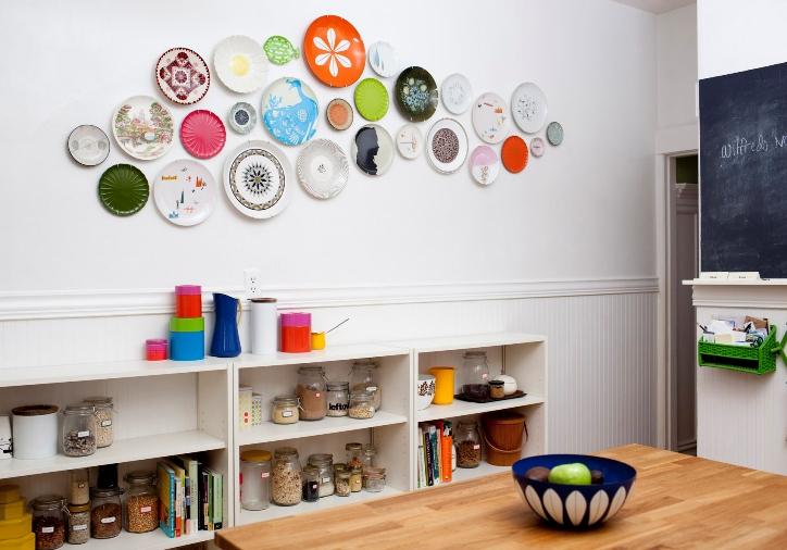 Украшение стен кухни декоративными тарелками