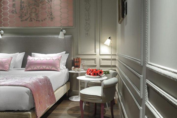 Розово серый интерьер спальни