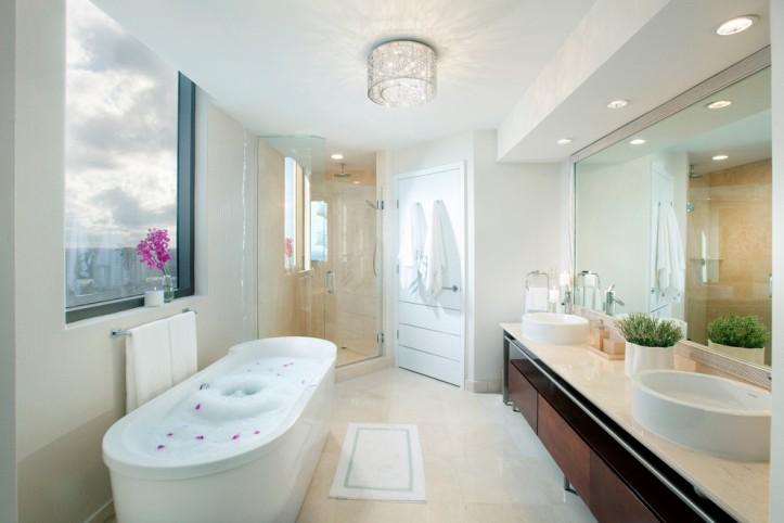Светильник на потолке ванной комнаты