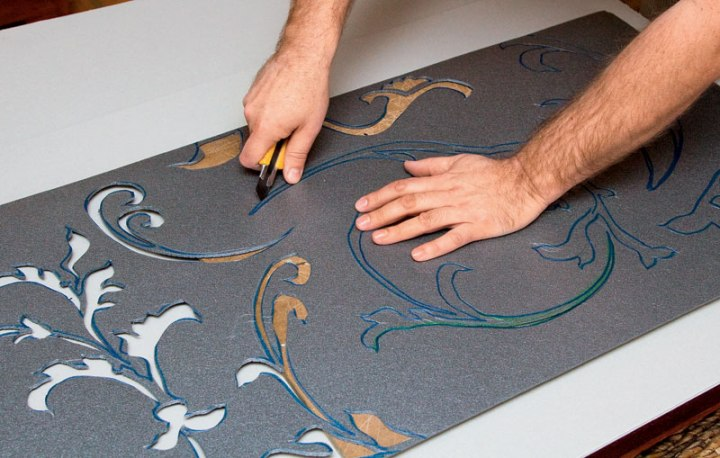Вырезание трафарета для росписи стен или потолка
