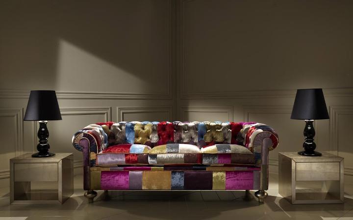 Разноцветный пестрый диван