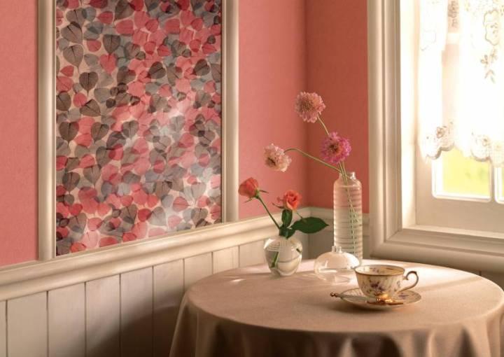 Украшение стены картиной из обоев