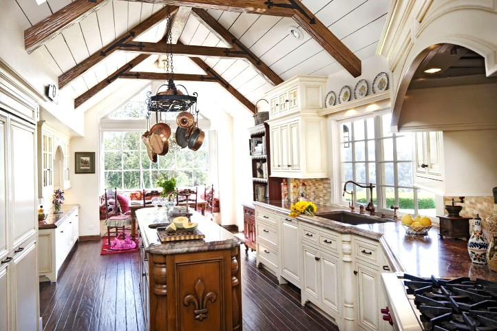 Кухня в загородном доме с потолочными балками