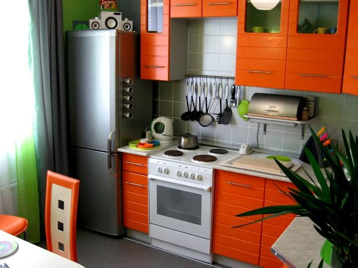 Дизайн маленькой оранжевой кухни