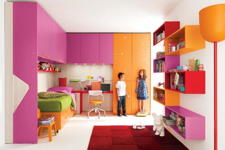 Яркая детская мебель для двоих детей