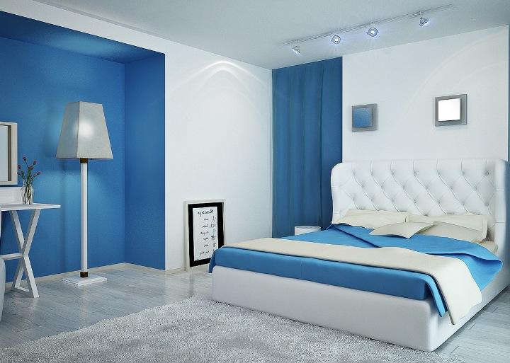 Небольшая спальня в голубых тонах