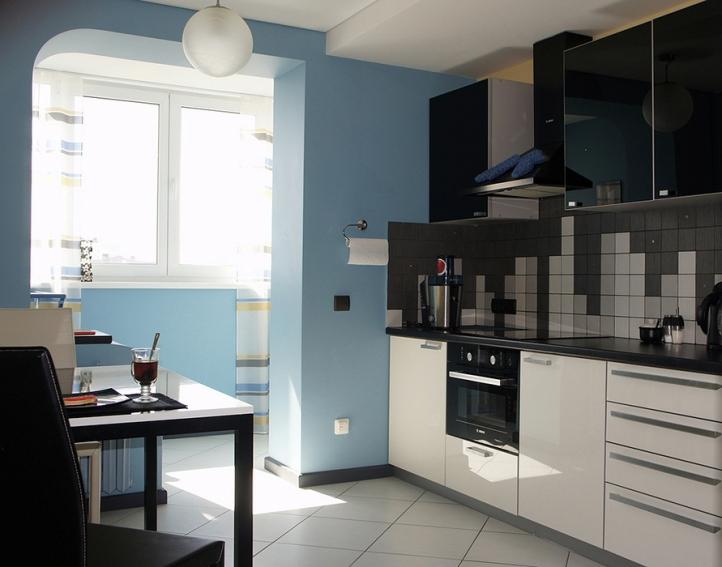 Синяя кухня с балконом