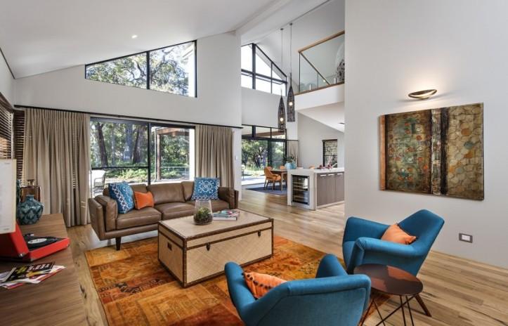 просторная гостиная с двумя рядами окон