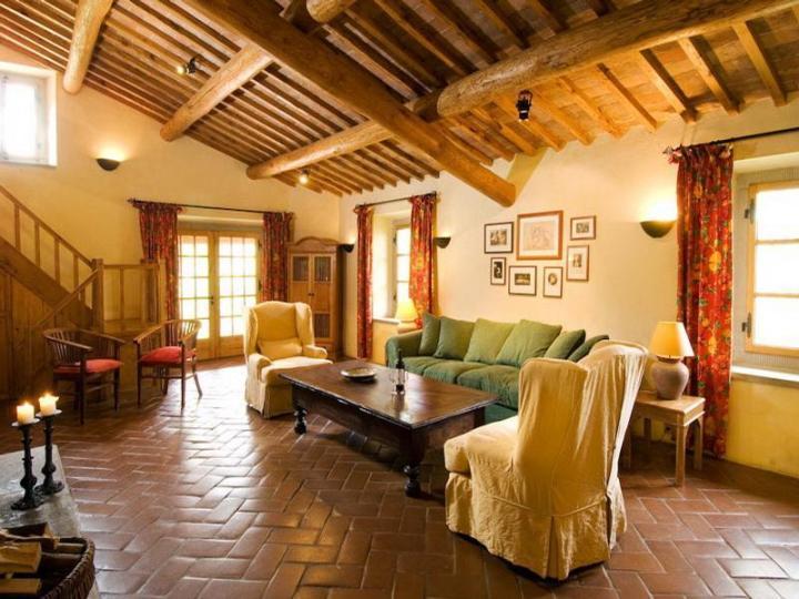 Гостиная в тосканском стиле с потолочными балками