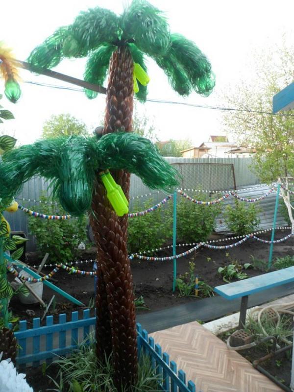 Пальма из пластиковых бутылок в огороде