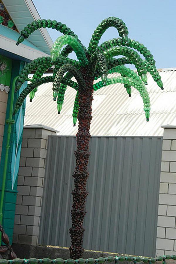 Готовая пальма из пластмассовых бутылок