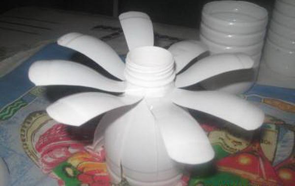 romashki-iz-plastikovix-butilok_2