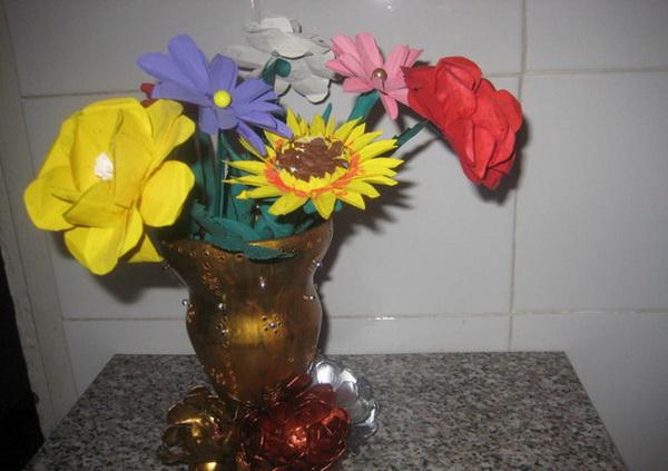 vaza-iz-plastikovix-butilok_0 Ваза из пластиковой бутылки своими руками (34 фото): как сделать напольную вазу для цветов из пластиковой емкости, пошаговая инструкция для начинающих