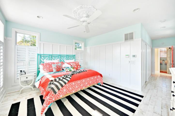 Коралловый цвет в спальне