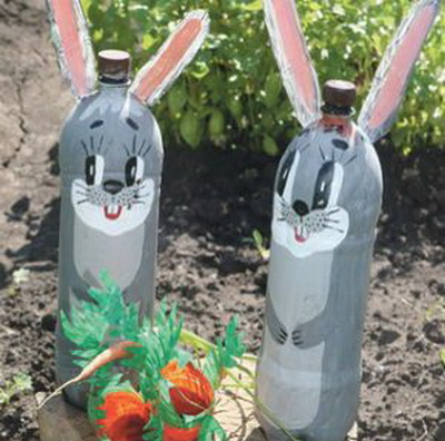 Поделки из бутылок в огороде