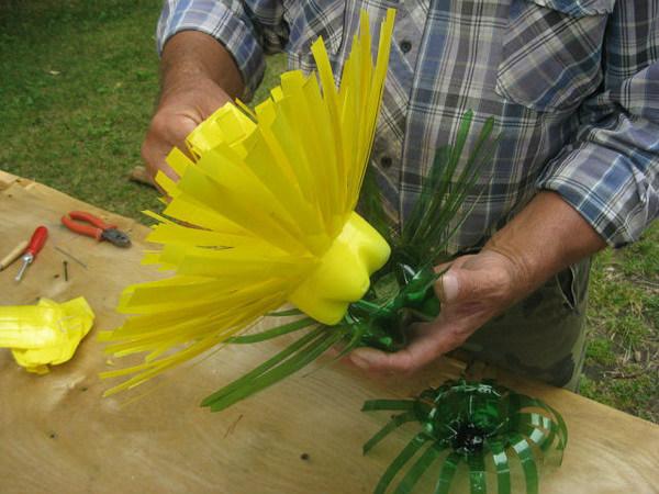 Большие цветы из пластиковых бутылок для сада