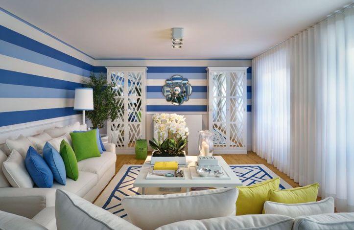 Полосатые стены в яркой гостиной