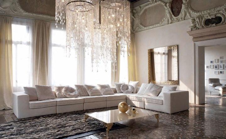 Роскошная люстра в просторной гостиной