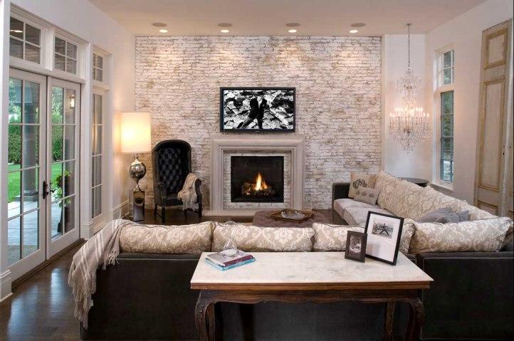 Беленая кирпичная стена в гостиной