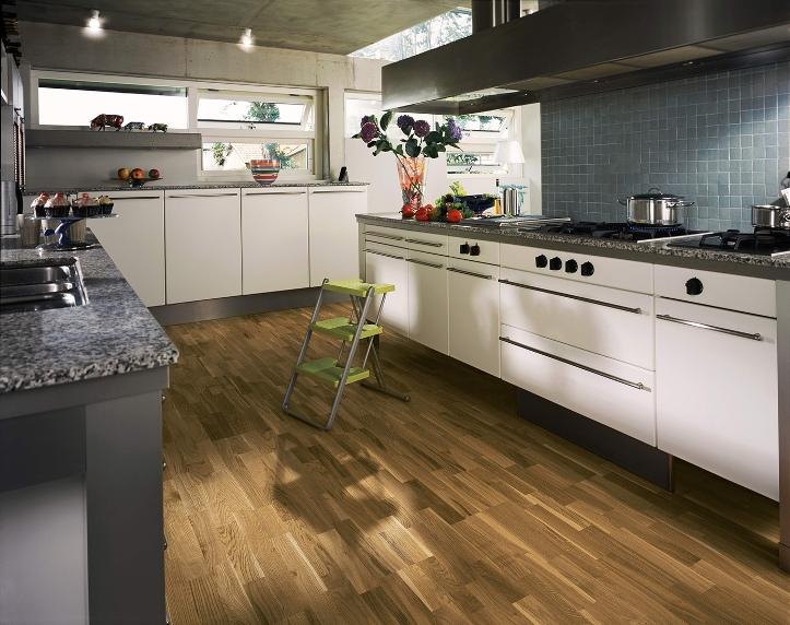 Интерьер кухни с ламинатом