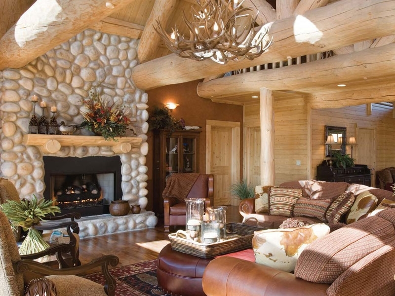 Гостиная с камином в деревянном доме