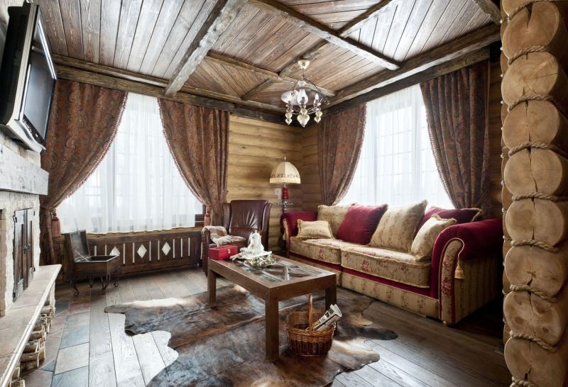 Интерьер гостиной в маленьком деревянном доме
