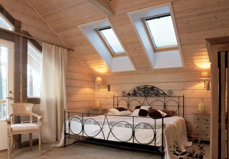 Светлая спальня внутри деревянного дома