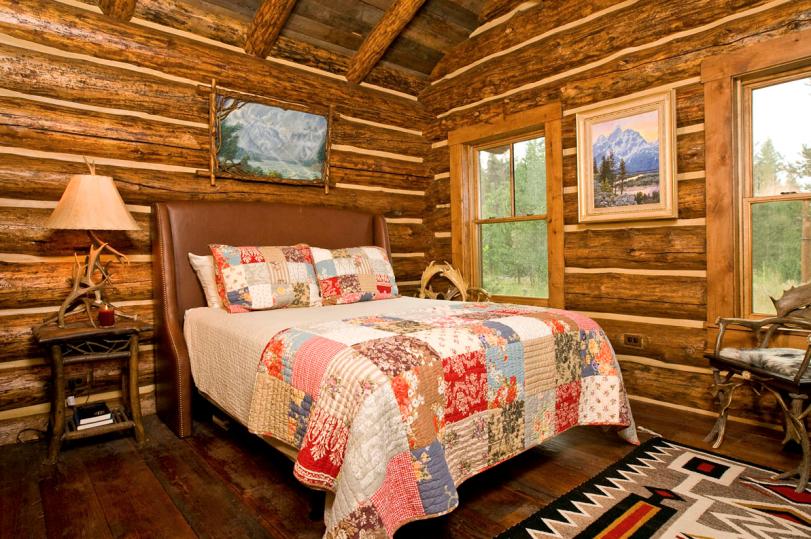 Спальня в стиле шале в деревянном доме
